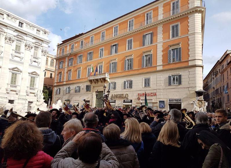 Праздники в Риме - площадь возле фонтана Треви