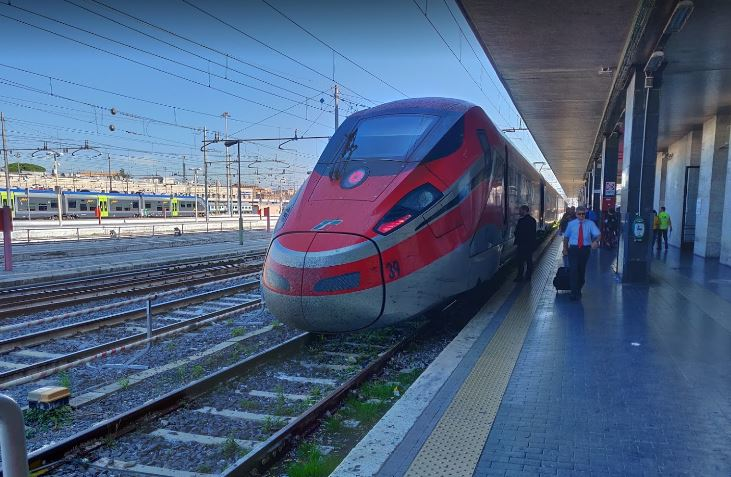 Поезда и электрички на вокзале в Риме