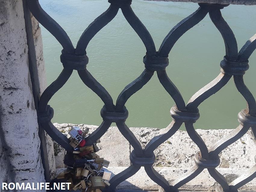 Замки на мосту через Тибр