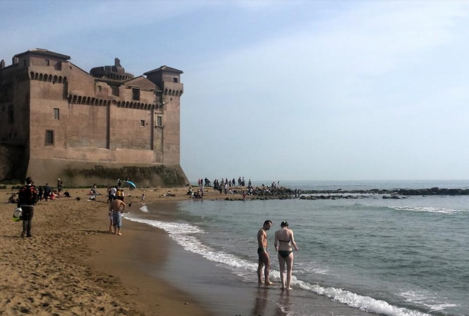 Пляж возле Рима с замком