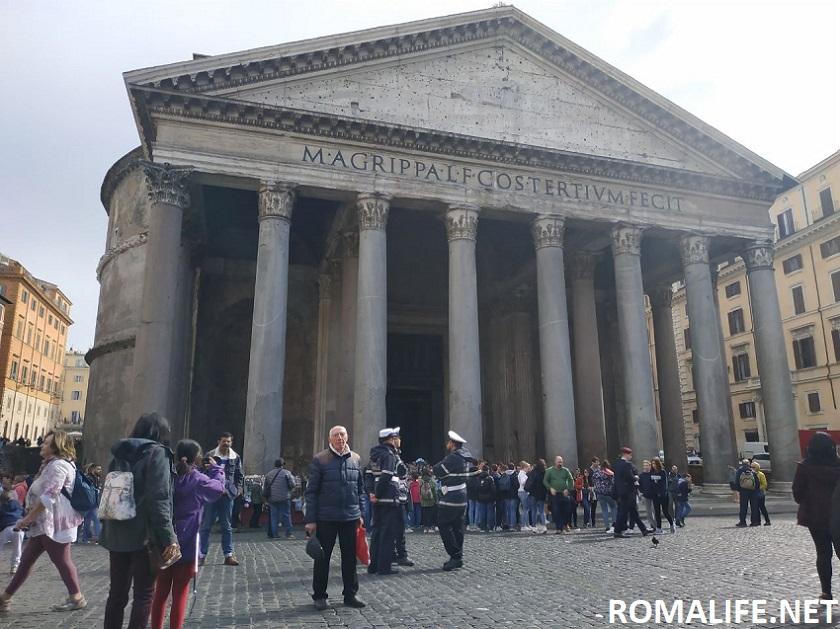 Пантеон на площади Ротонды